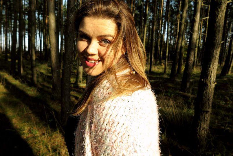 Jesienny sweter – stylizacja z różowym swetrem dla XLki